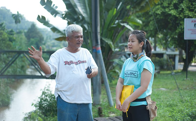 Abang Din and Sabrina Lim having a chat before the build.