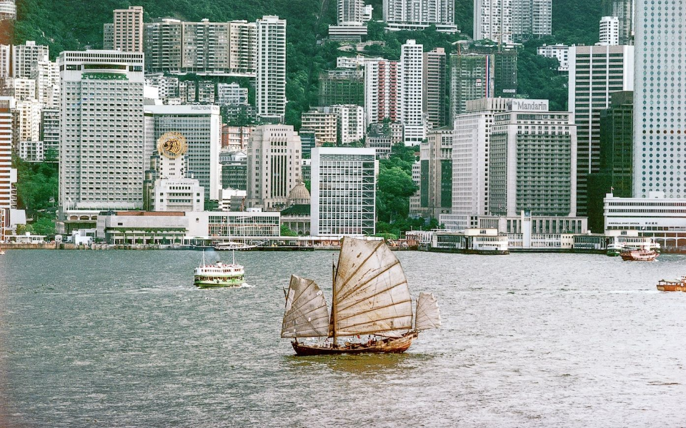 A junk sails through Victoria Harbour in 1982. (Photo: Keith Macgregor)