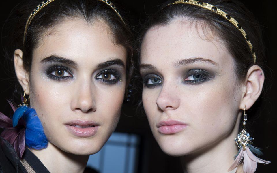 Elie Saab秀場上那以芭蕾舞伶為創作發想的閃亮眼妝,這是由彩妝大師Tom Pecheux於顴骨上運用兩種不同光澤彩妝打造而成。