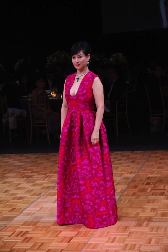 Olivia Lee saugt leckeren großen Schwanz auf POV-Kamera