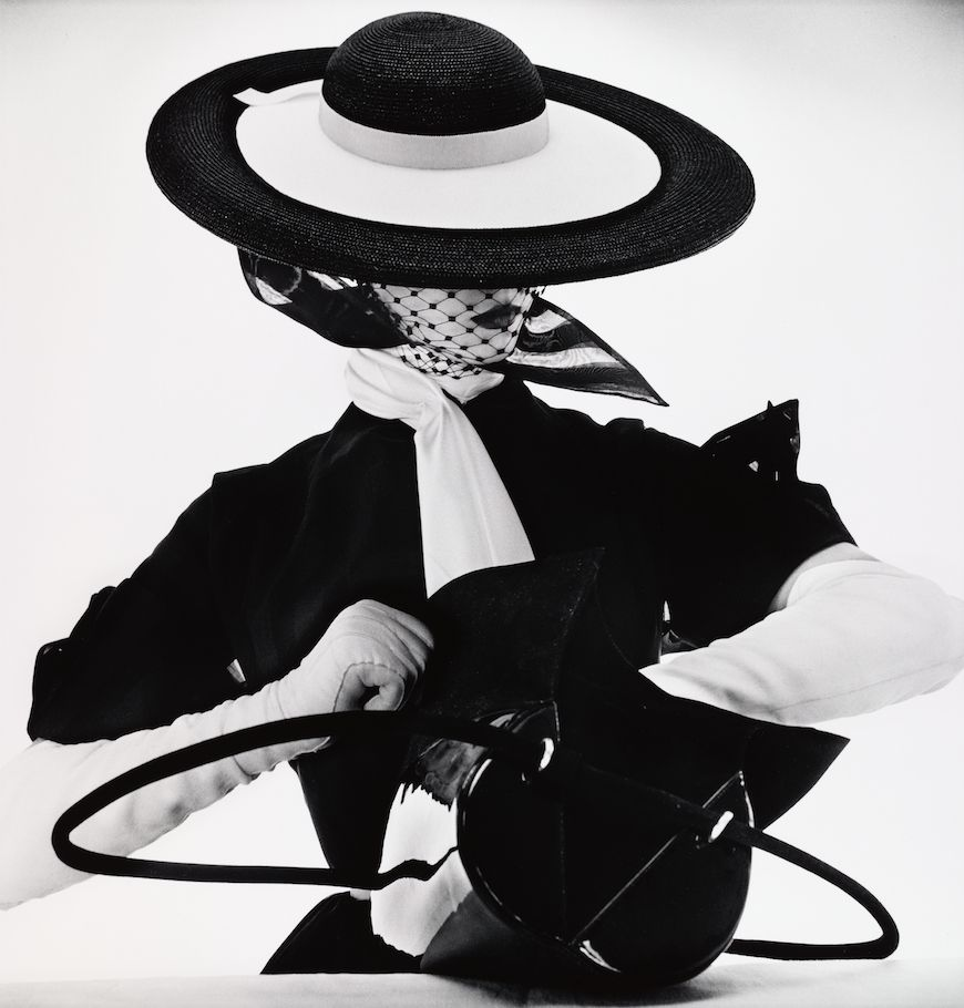 Black & White Fashion with Handbag (Jean Patchett) (C), New York (1950). (© Irving Penn Foundation)
