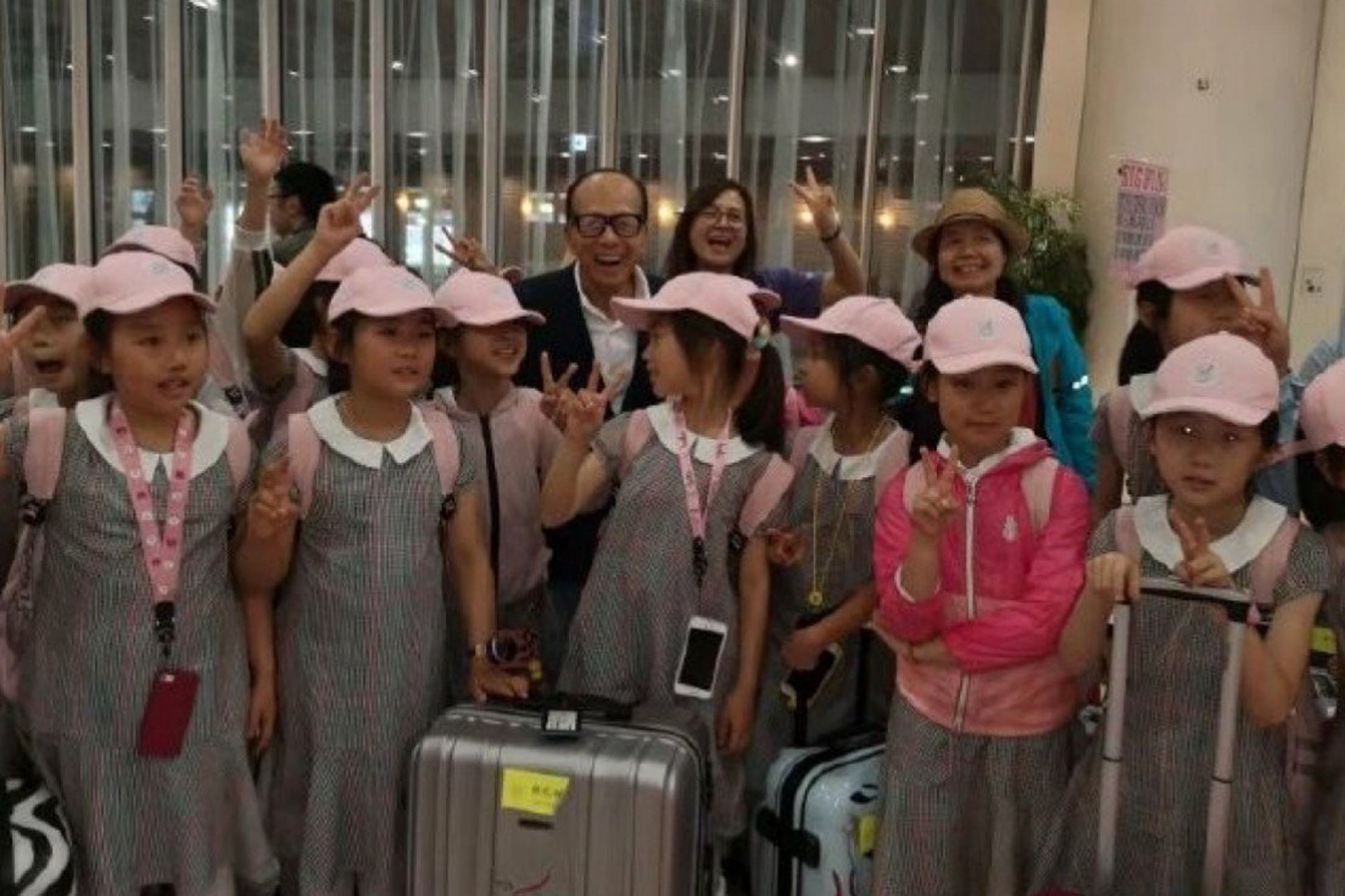 Li Ka-shing Meets Shanghai Dance Students at Airport, Pays for Their Trip