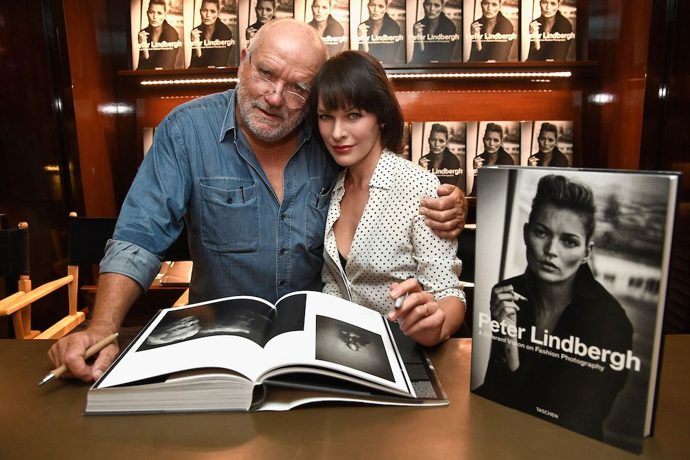 Photographer Peter Lindbergh and actress Milla Jovovich at Taschen Gallery in Los Angeles in 2016 (photo: Getty Images)