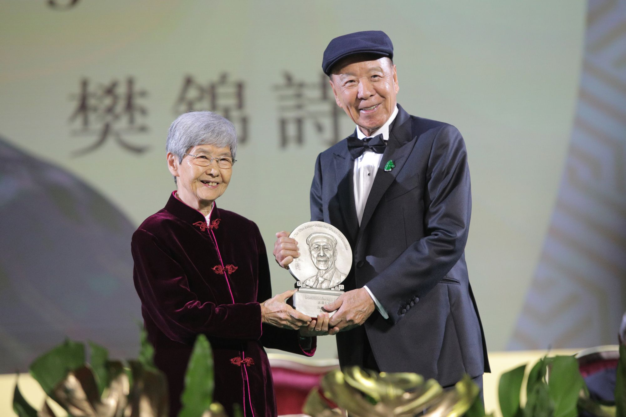 Lui Che-woo (right) presents the Positive Energy Prize to Fan Jinshi.