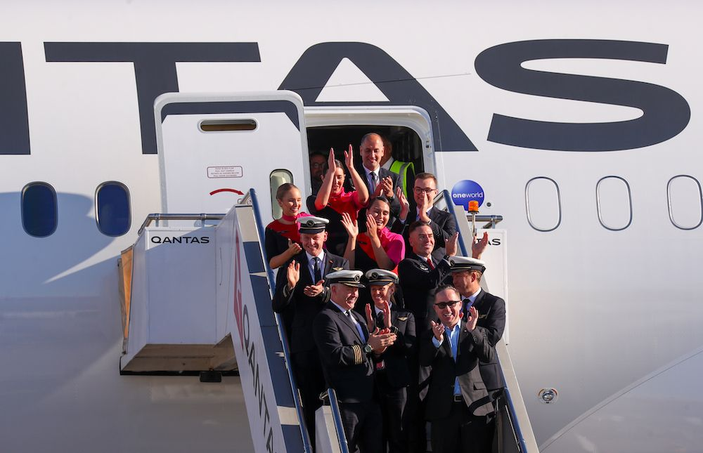 Alan Joyce, Qantas Group CEO with the flight deck crew and cabin crew at Sydney Airport celebrating after flying 19 hours and 16 minutes from New York to Sydney on October 20, 2019 in Sydney, Australia. Qantas is the first commercial airline to ever fly direct from New York to Sydney (photo: Getty Images)