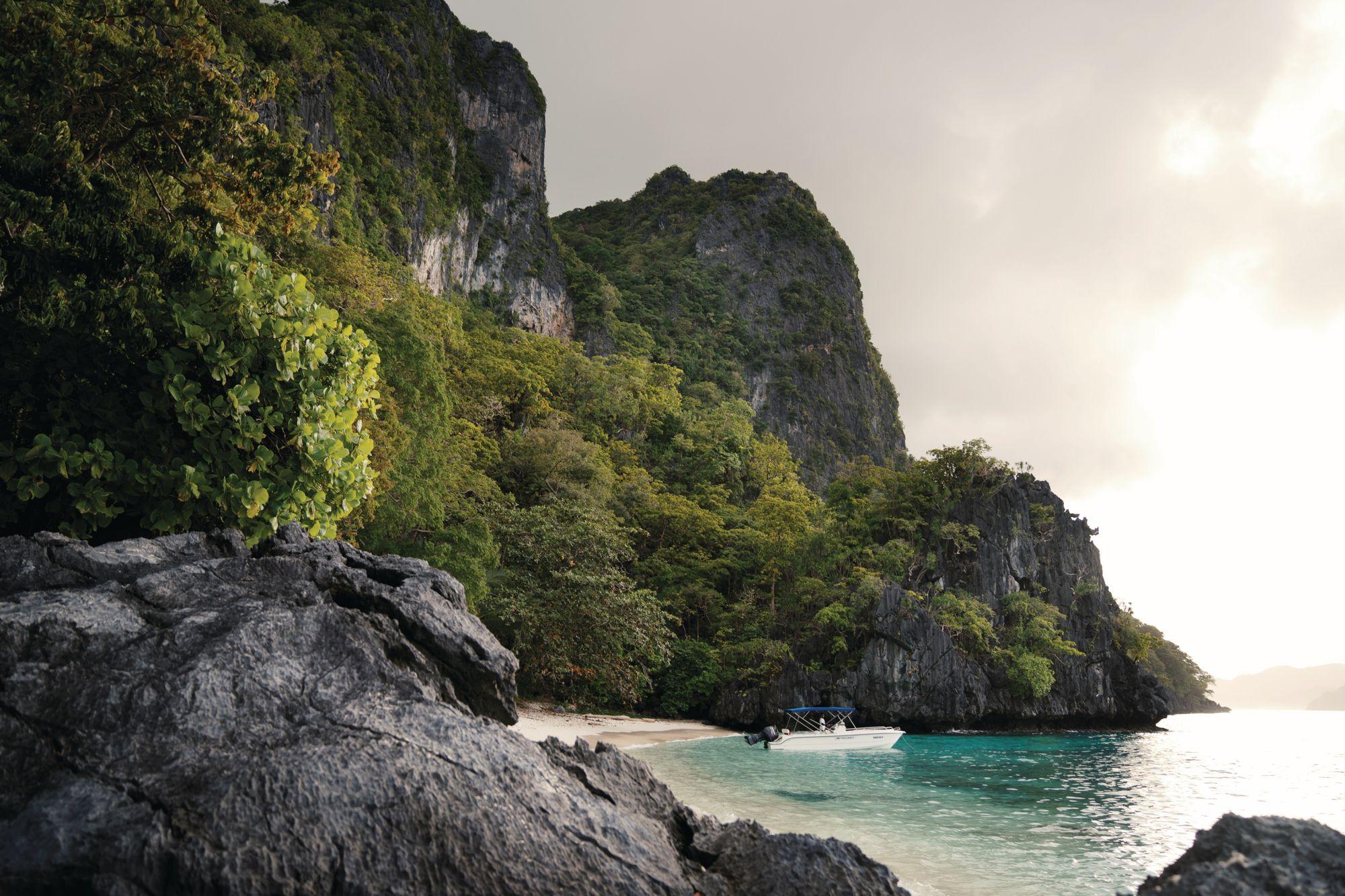 Túi cát điểm vịnh Bacuit, được khám phá tốt nhất bằng thuyền