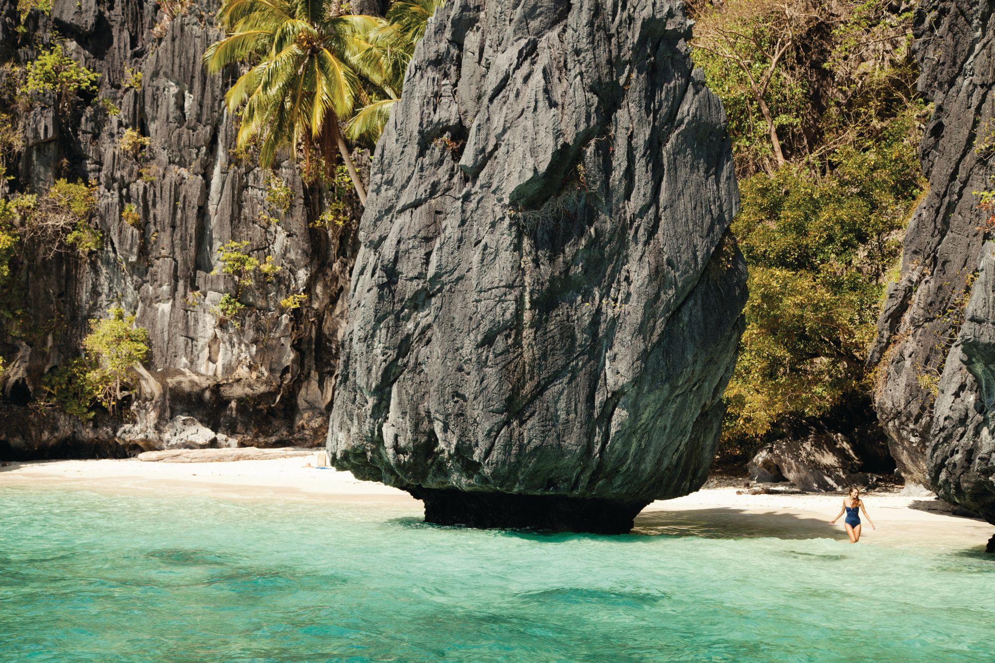 Những vách đá vôi lởm chởm và những vũng nhỏ ẩn giấu đặc trưng của El Nido, Palawan