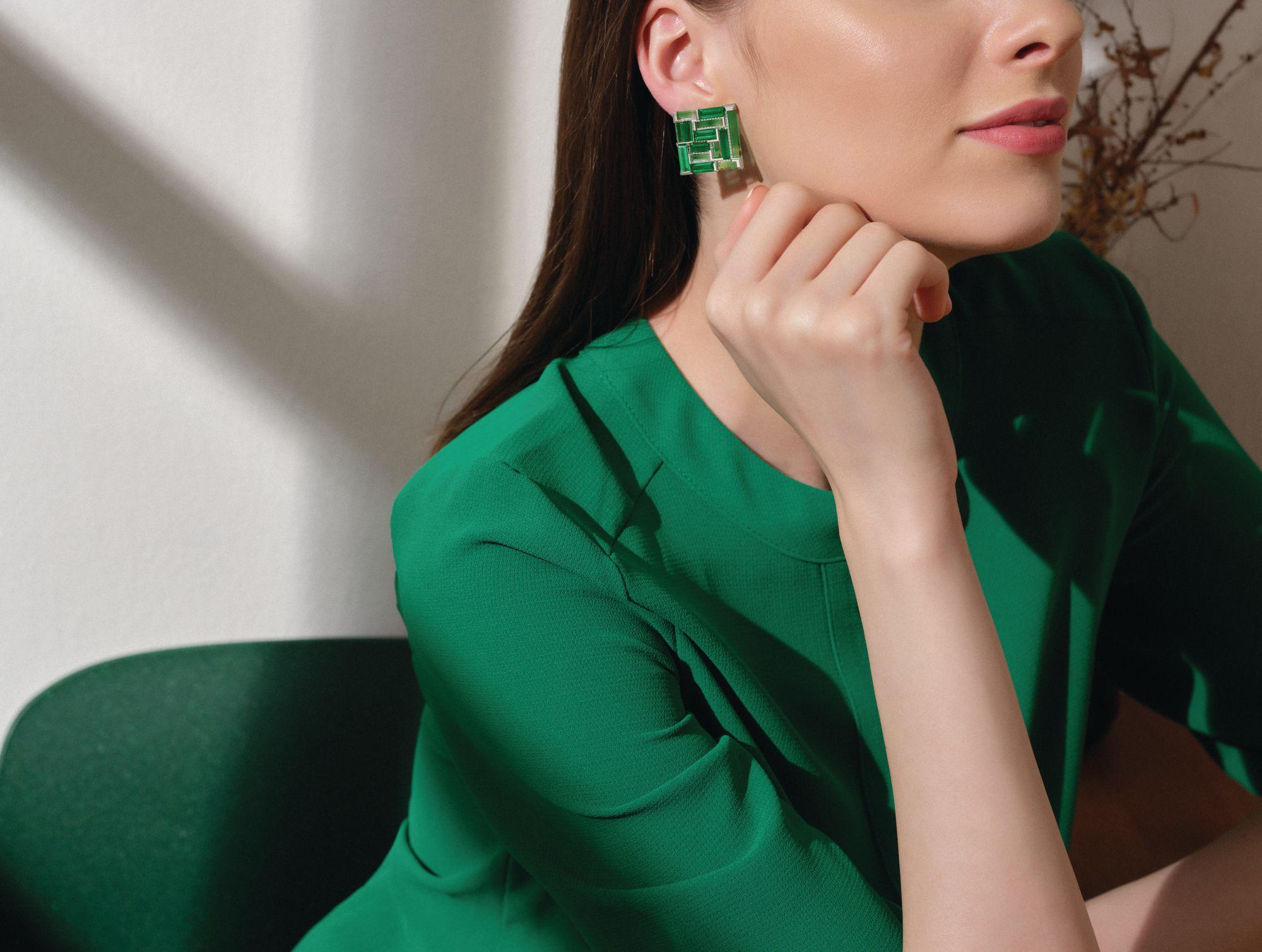Forms推出鑲有祖母綠和鑽石的白金耳環。 (Photo: Courtesy of Forms)