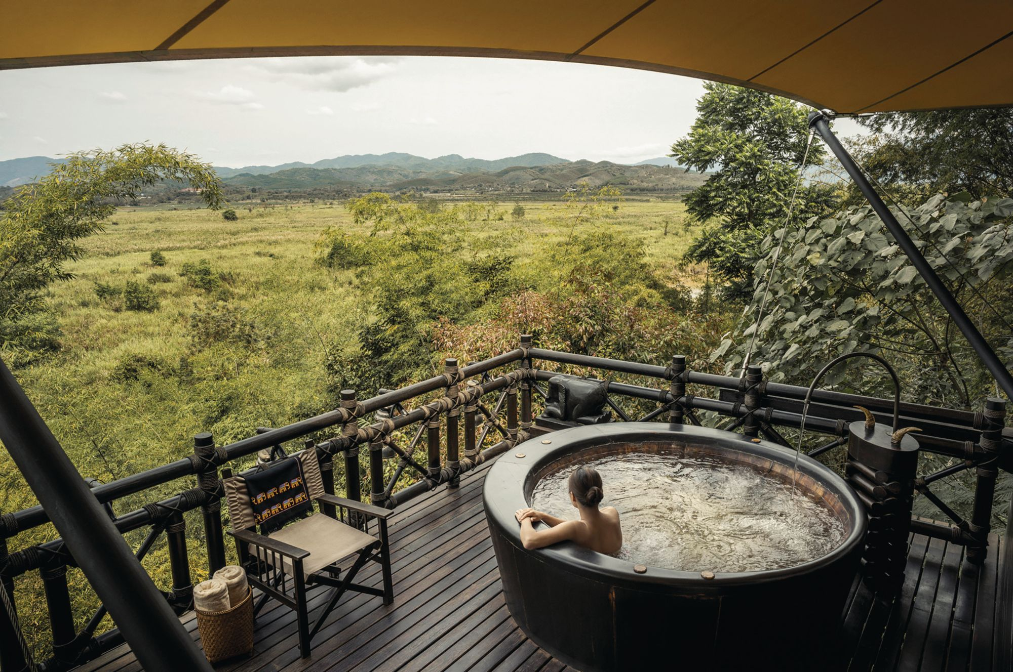 浸泡在Four Seasons Tented Camp Golden Triangle的露台浴盆中放眼原始野性的景色(Photo: Courtesy of Four Seasons)