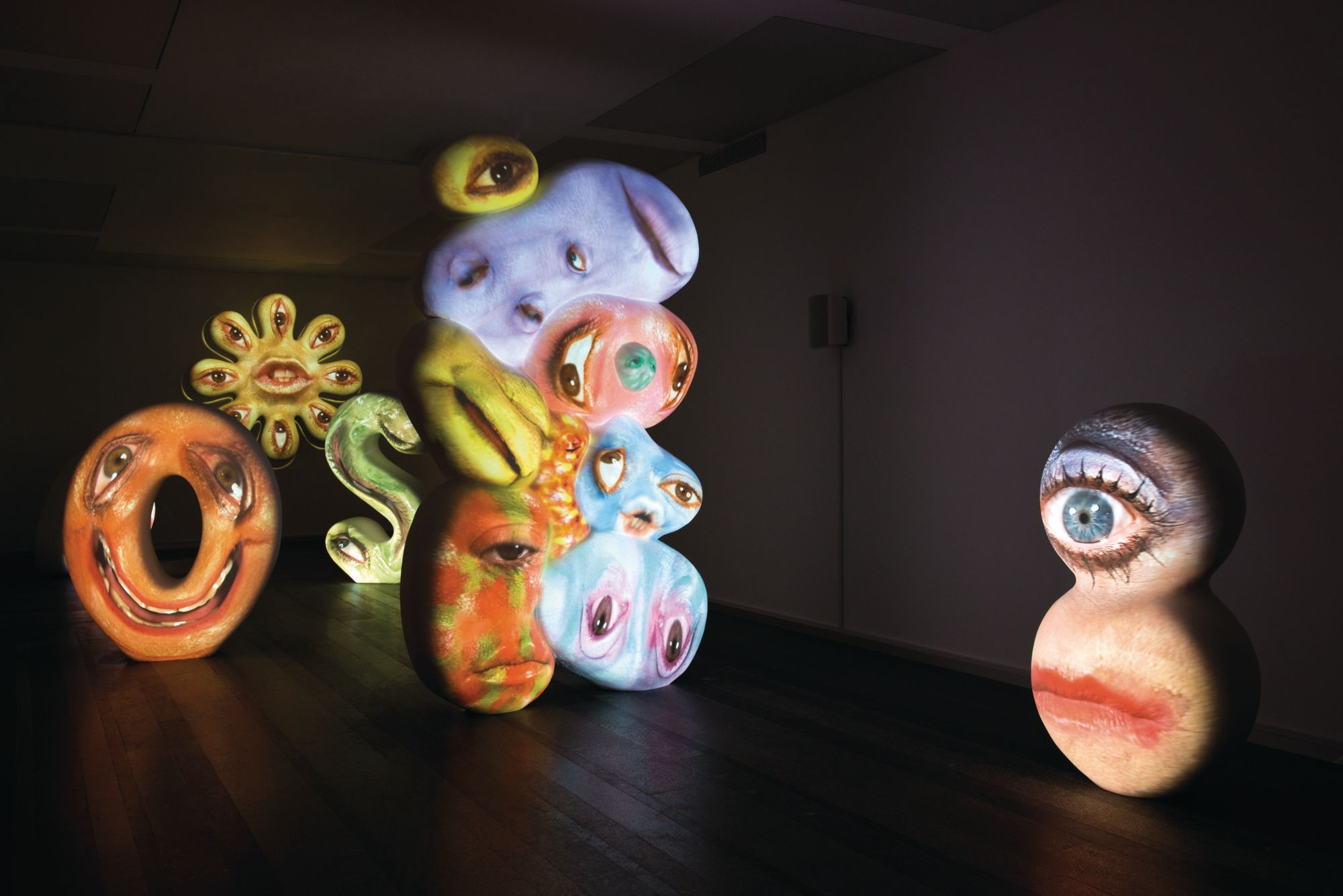 高美館2021年重新開幕!首檔迎來國際特展:錄像藝術鬼才 Tony Oursler 《黑盒-幻魅於形》