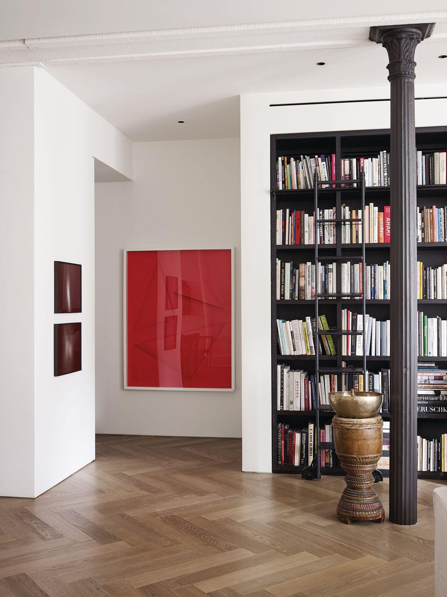 在 Phillip Lim 豐富的藝術書籍收藏旁有兩張由 N Dash 拍攝的照片《Untitled》(2009),以及一幅由 Marine Hugonnier 創作的拼貼作品《Modele 12L》(2010)。(Photo: Wichmann + Bendtsen for Tatler Hong Kong)