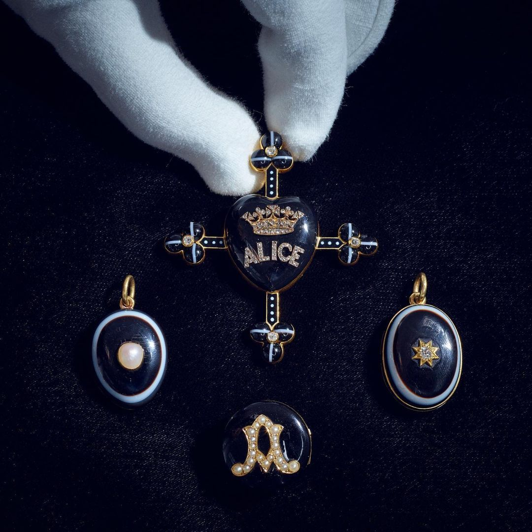"""Queen Victoria's Macabre """"Mourning Brooches"""" To Hit The Auction Block This March"""