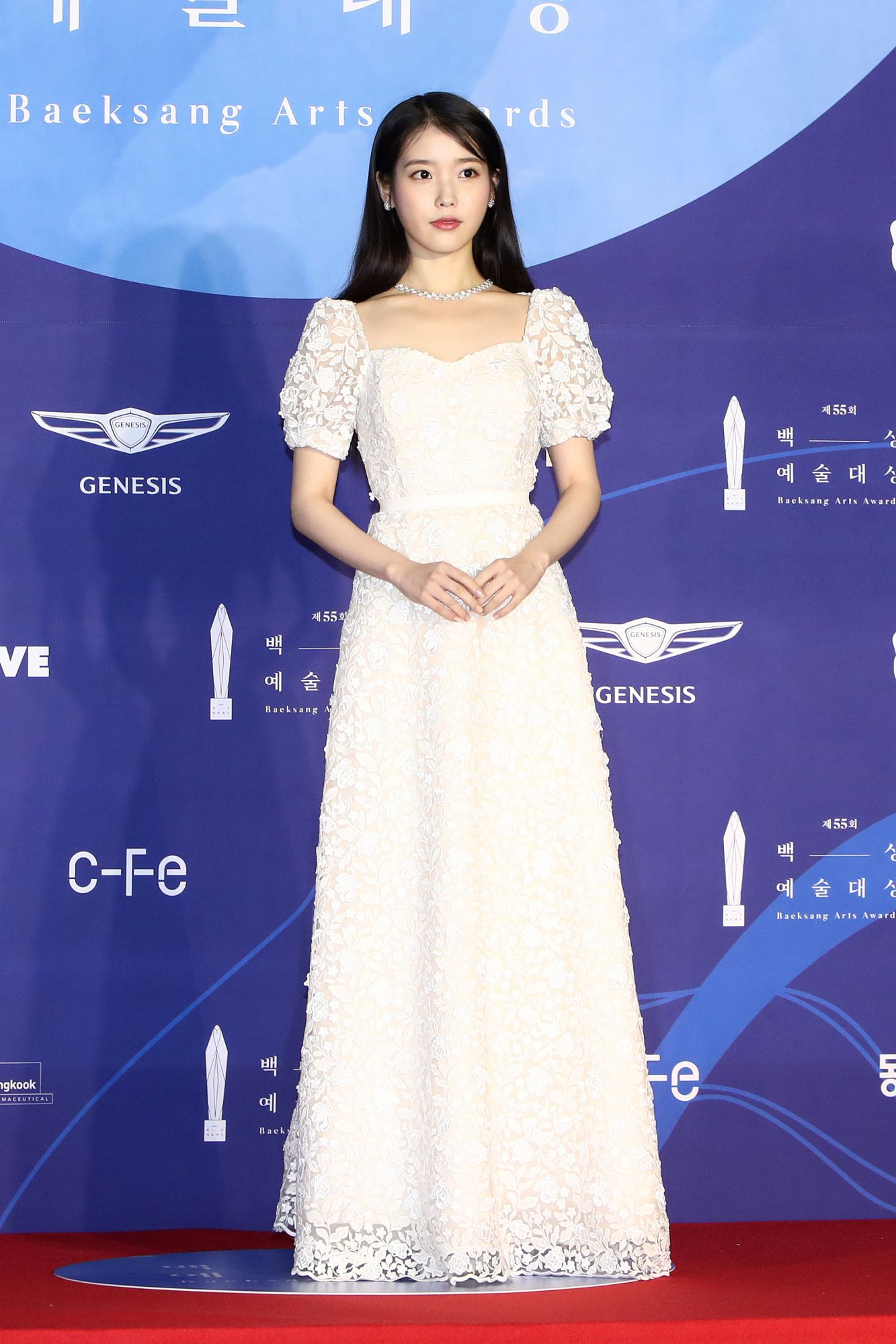 IU looks elegant in a white long gown with puff sleeves (Photo: Chung Sung-Jun/Getty Images)
