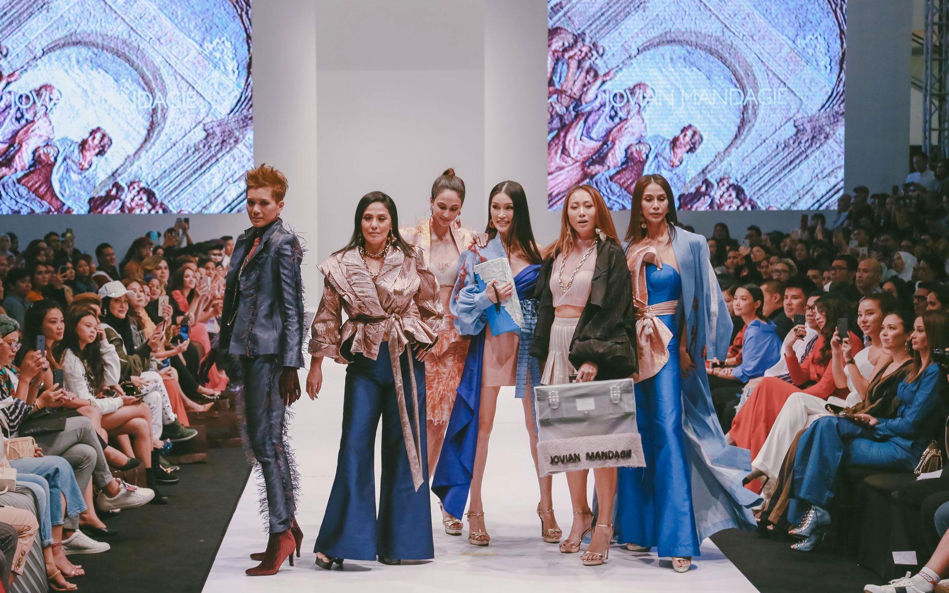 Tinie, Aleeza Kasim, Deborah Henry, Amber Chia, Vanessa Tevi and Fazdlun Abas posing during the finale at Dato' Jovian Mandagie's show. (Photo: Khairul Imran)