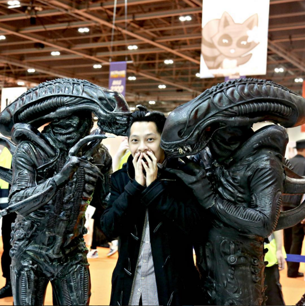 Raja Fadzli was caught up between two Aliens during Comic Con in London. (Photo: @rajafadz)