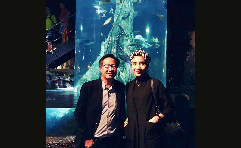 Dato' Simon Foong helped singer-songwriter Yuna set up a Little Forest terrarium at Aquaria KLCC to help children learn more about nature's ecosystems. (photo: @simonchf)
