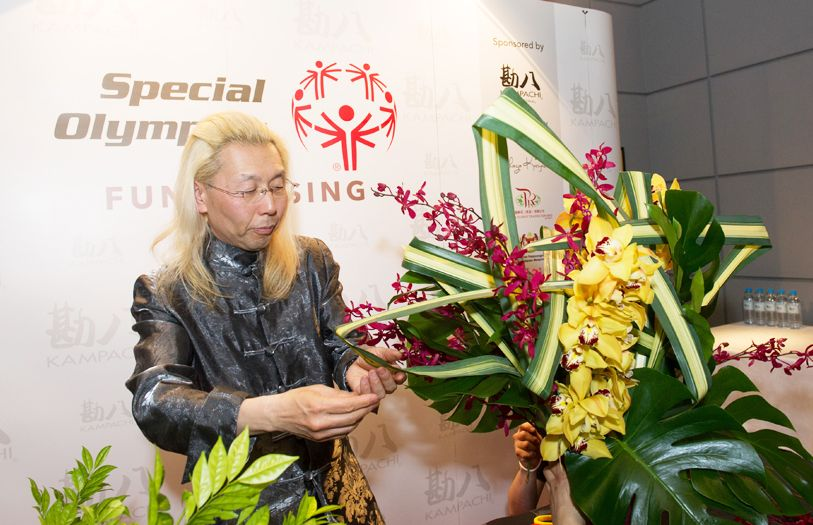 Shogo Kariyazaki showcasing his floral arrangement art