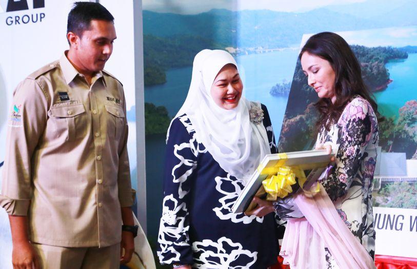 EMKAY Group executive directors, Ahmad Khalif Mustapha Kamal and Dato' Fazwinna Mustapha Kamal, presenting a gift to Tuanku Zara Salim