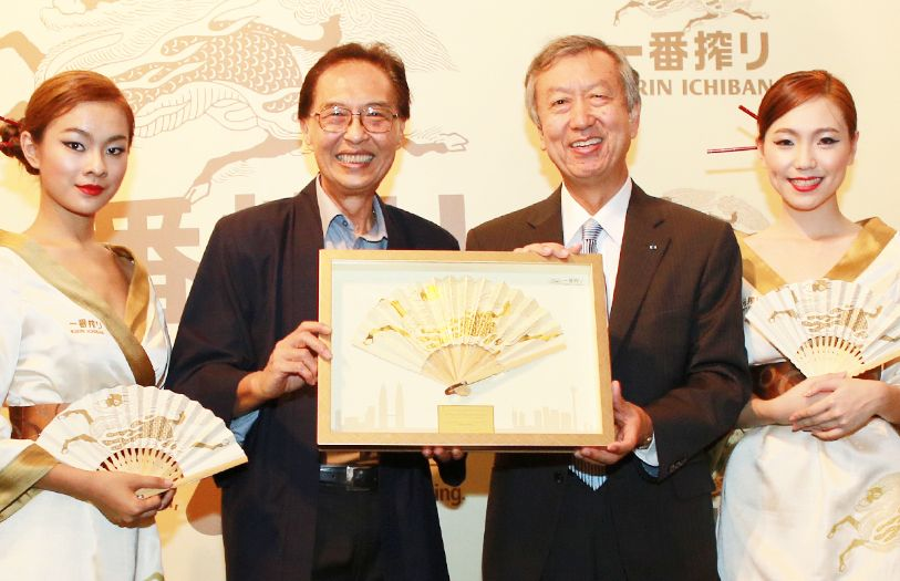 Chairman of GAB, Dato' Saw Choo Boon presents a token of appreciation to Japanese Ambassador, HE Makio Miyagawa