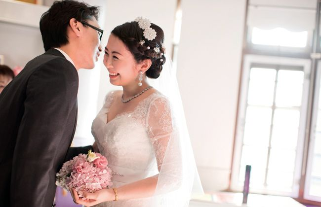 A kiss from the groom, Tan Shen Wain to his beautiful bride, Lim Ai San