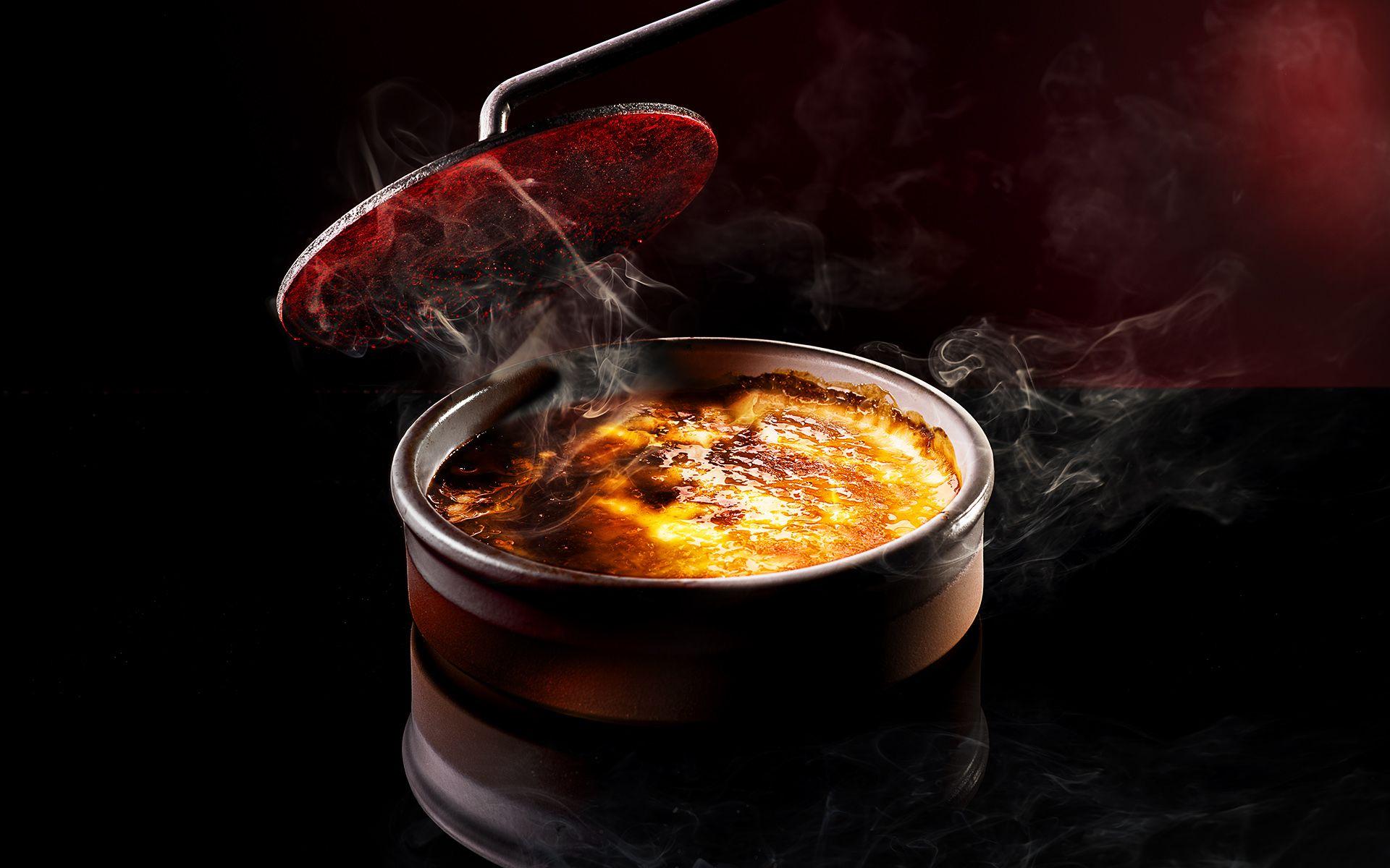 Crême brulée with caramelized sugar