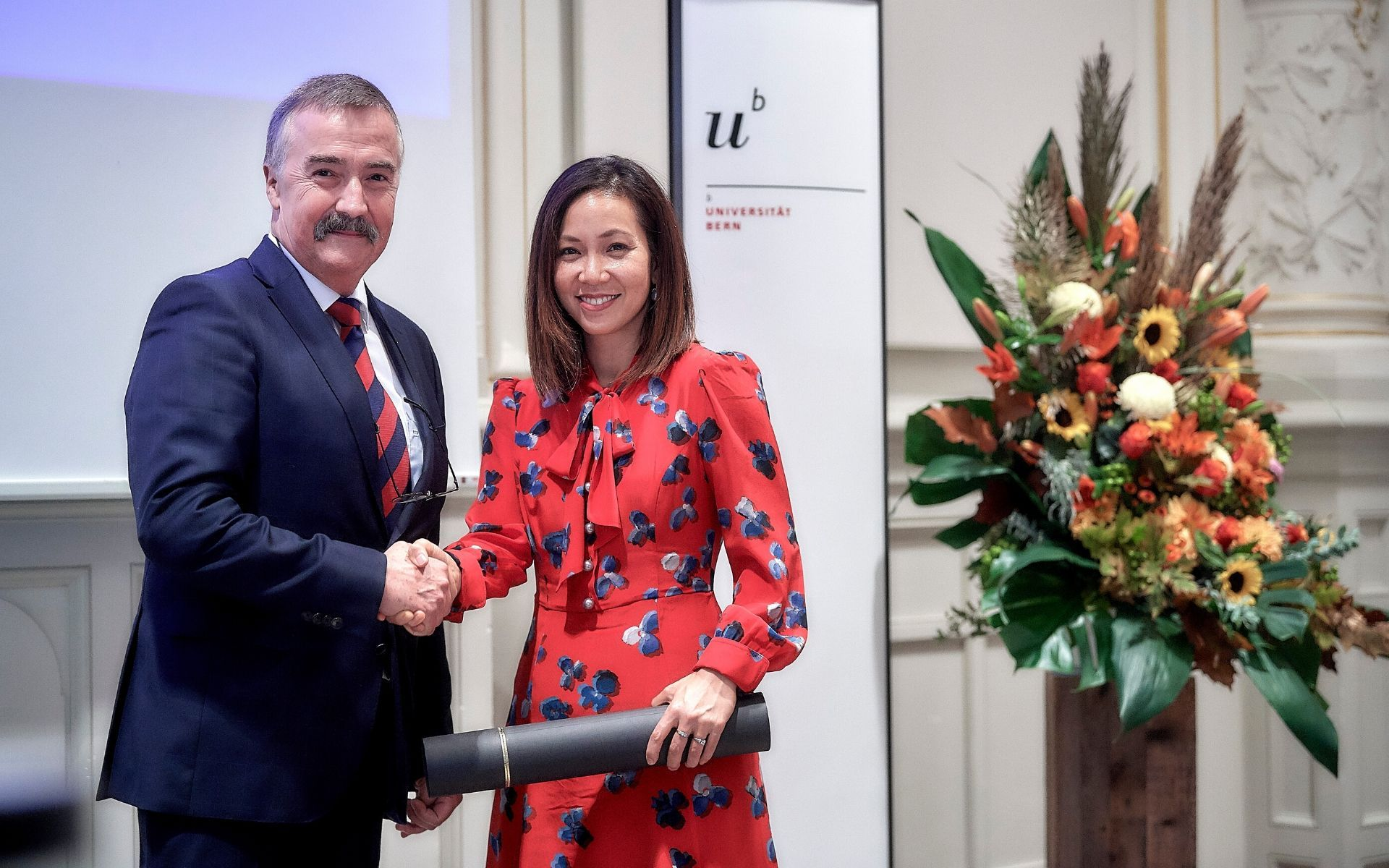 Stephan Rohr, Co-Director of the Institute for Physiology and president of the Dr Josef Steiner Cancer Foundation's board presenting Dr Serena Nik-Zainal with her award