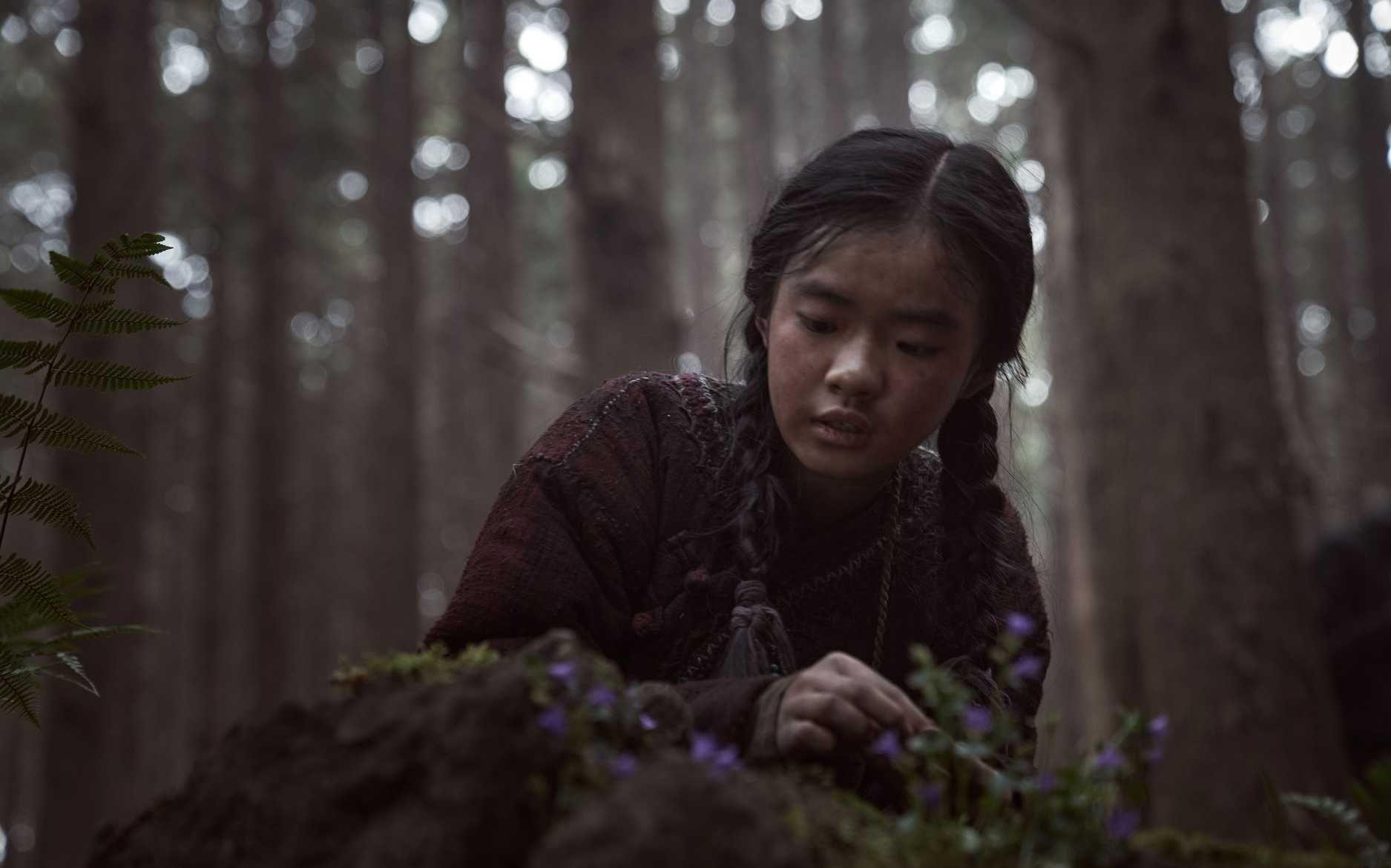 Young Ashin (Kim Shi Ah) discovers a resurrection plant.  (Photo: Netflix)