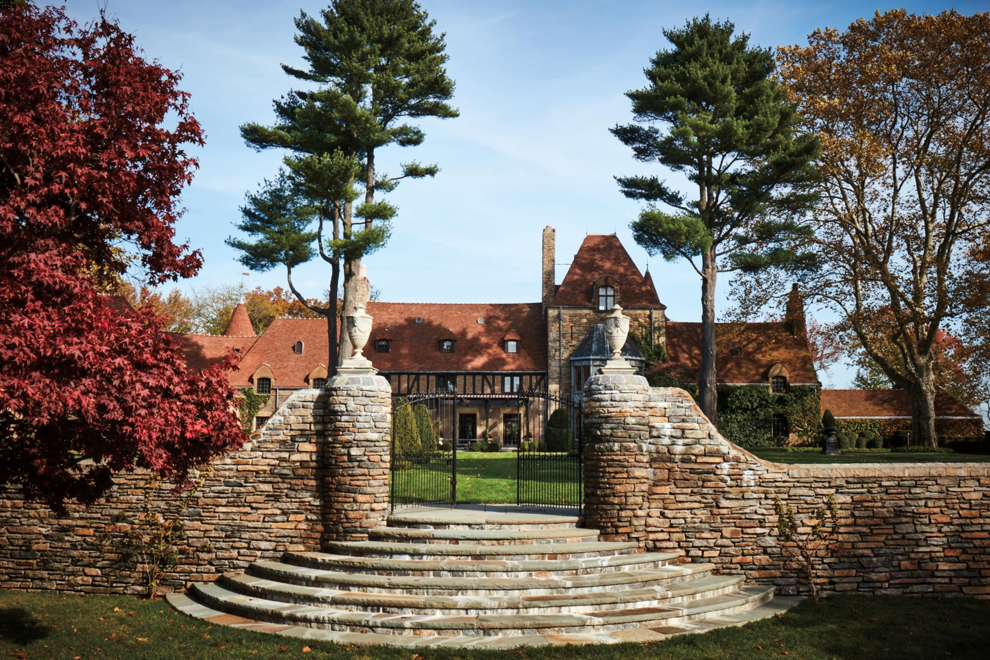 """Home Tour: A Look Inside Tommy and Dee Hilfiger's """"Round Hill"""""""