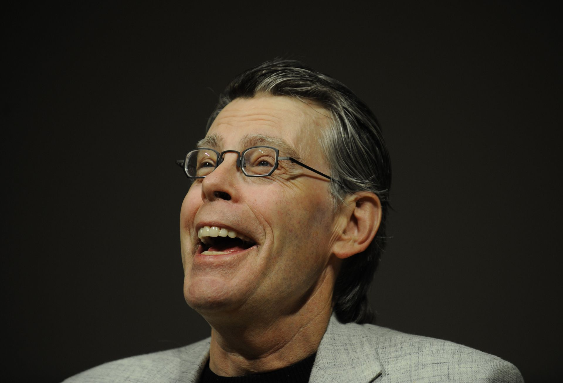 US best-selling author Stephen King talks, during a press conference to unveil the Kindle 2, the latest version of Amazon's popular electronic reader, the Kindle, in New York, February, 9, 2009. The Kindle 2 adds a feature which reads a book aloud, is thinner, faster, crisper, with longer battery life, and capable of holding hundreds more books, Bezos said. The Kindle 2 costs 359 USD, available from amazon.com. and the first units will be shipped February 24. AFP PHOTO/Emmanuel Dunand