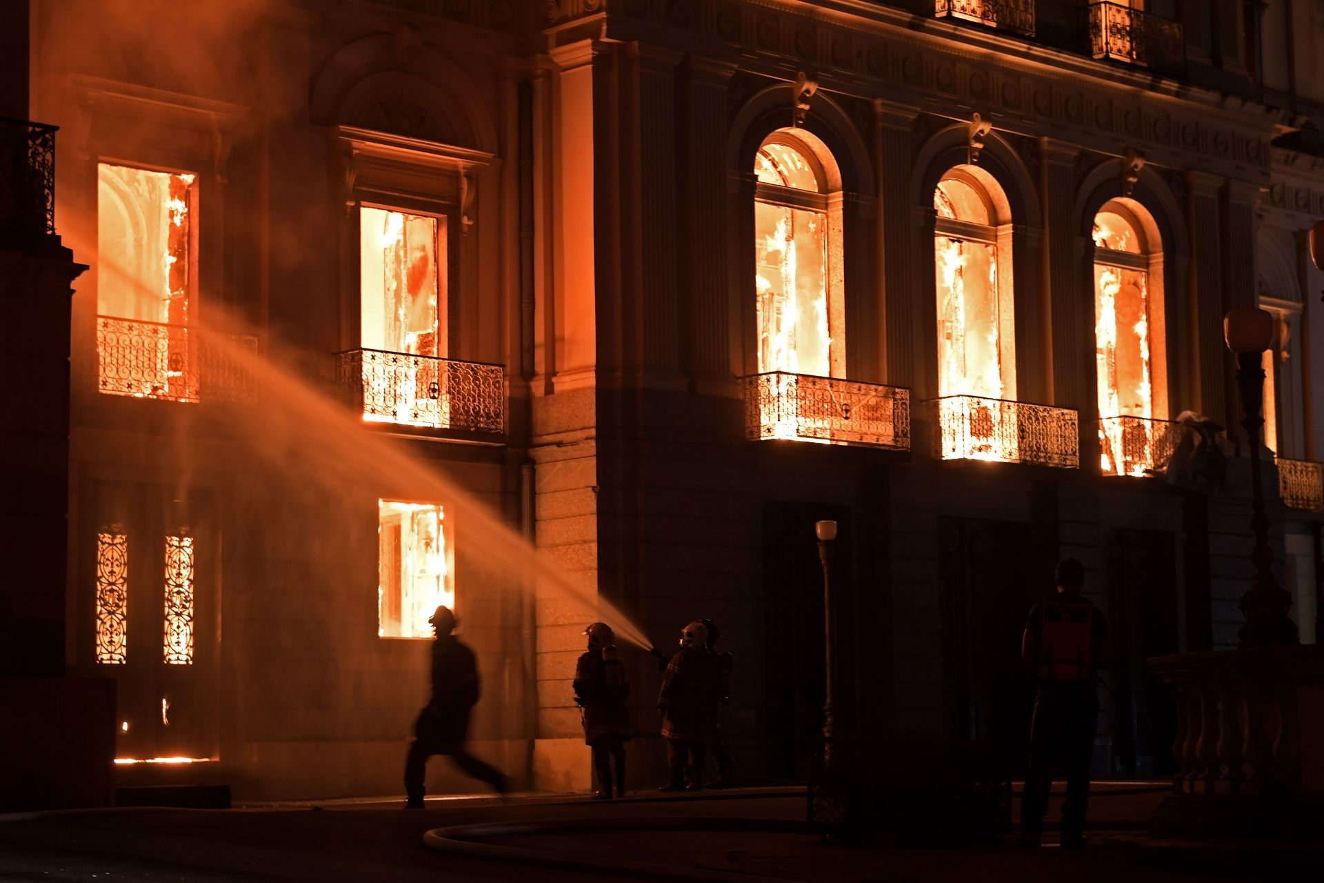 Firefighters work as a massive fire engulfs the National Museum in Rio de Janeiro, one of Brazil's oldest, on September 2, 2018. The cause of the fire was not yet known, according to local media. / AFP PHOTO / Carl DE SOUZA