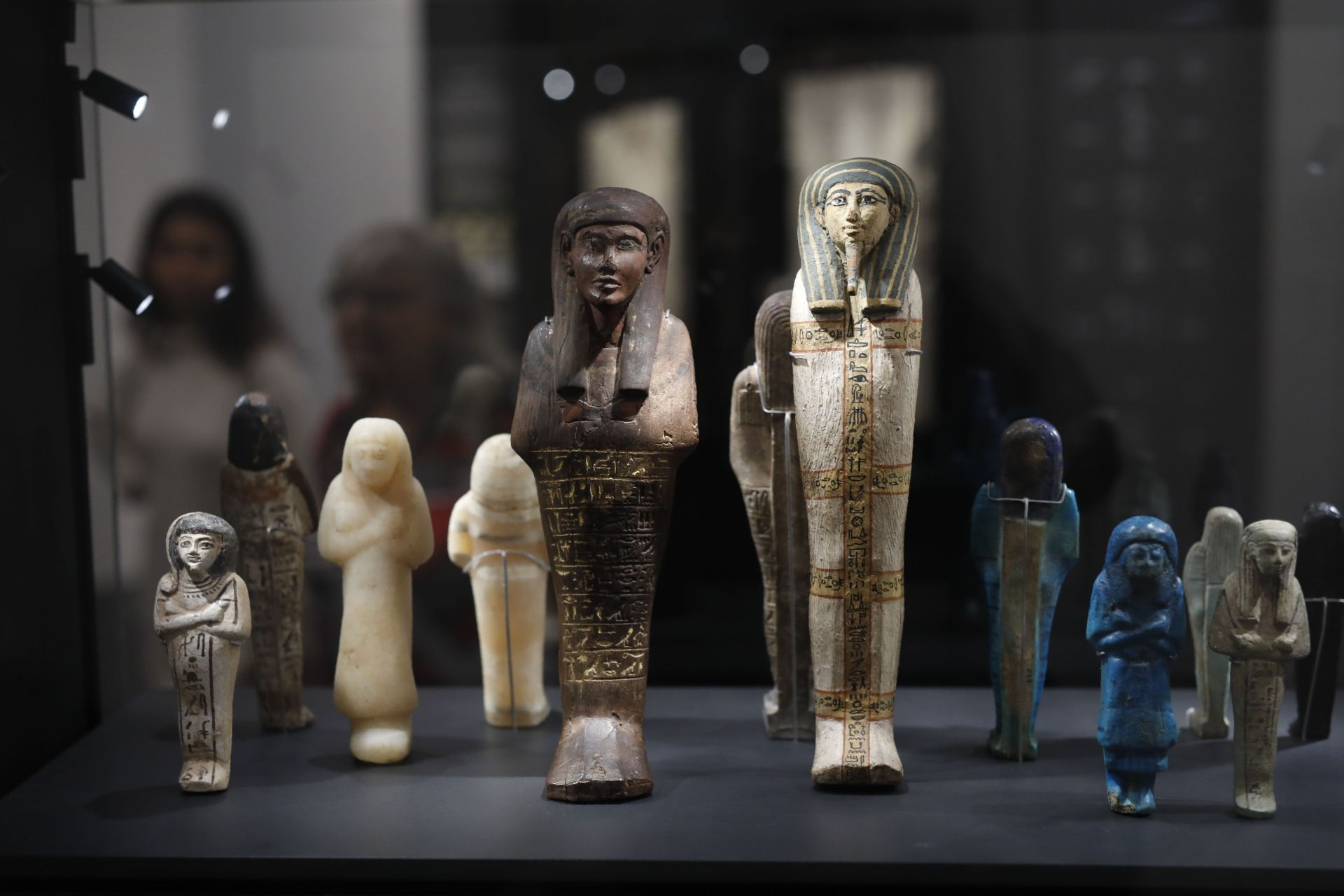 A visitor looks at ancient Egyptian statues bearing Hieroglyphs at the Israel Museum in Jerusalem.  © MENAHEM KAHANA / AFP