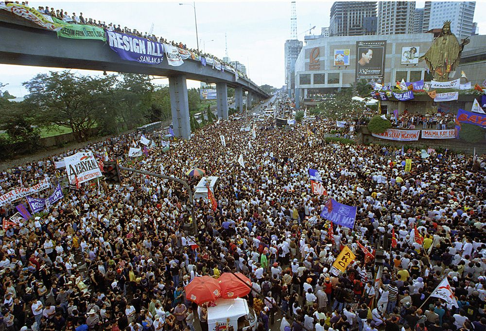 17 January 2001EDSA crowd at anti-Erap rally.MIKE ALQUINTO