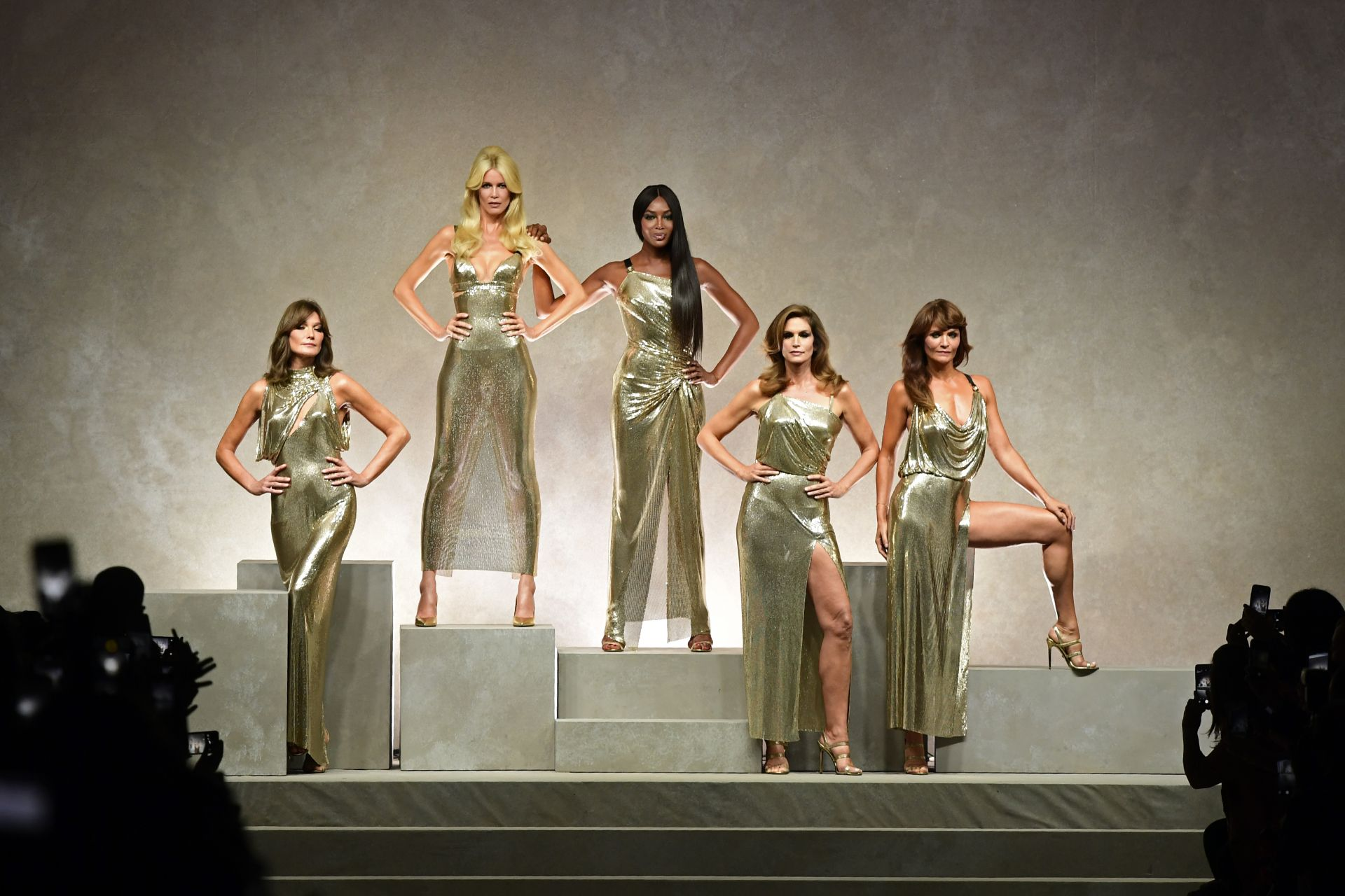 Top models (from left) Carla Bruni, Claudia Schiffer, Naomi Campbell, Cindy Crawford and  Helena Christensen pose at the end of the show for fashion house Versace during the Women's Spring/Summer 2018 fashion shows in Milan, on September 22, 2017. (Photo by Miguel MEDINA / AFP)