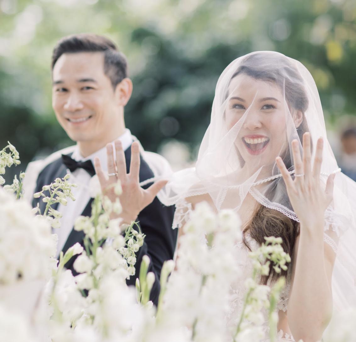 Sourires de joie et de bonheur conjugal
