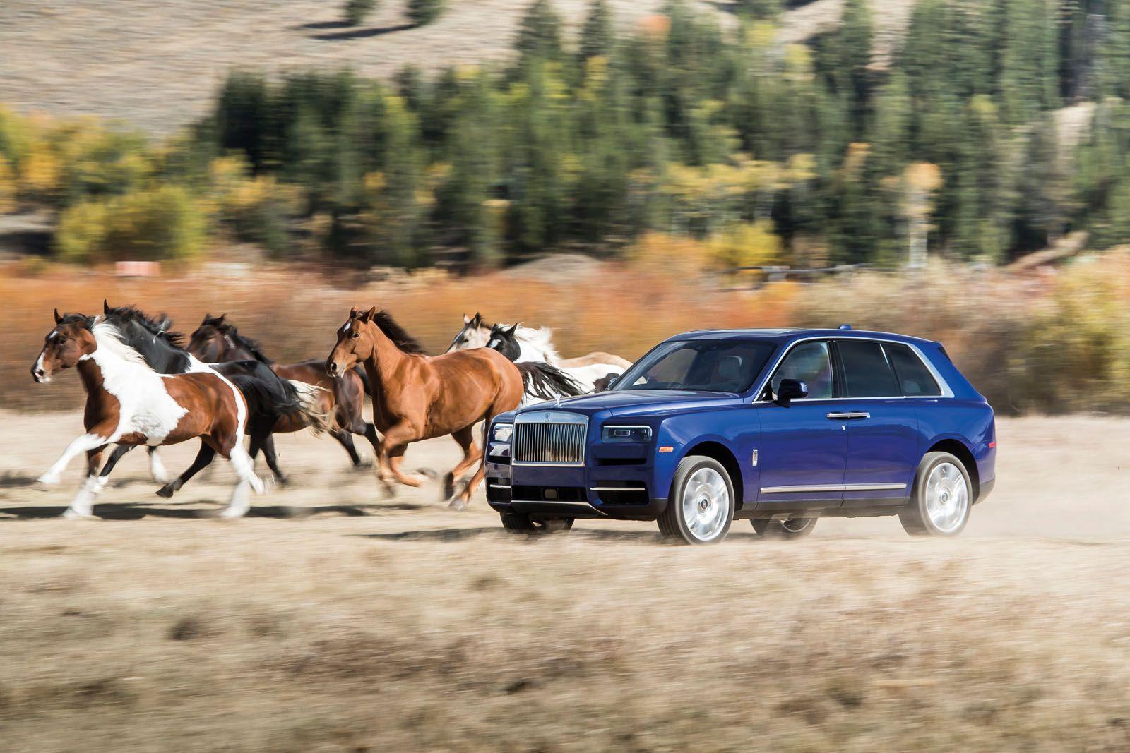 La Rolls Royce Cullinan è ugualmente a suo agio per le strade cittadine in crociera, come è corralling cavalli nelle terre selvagge del Wyoming