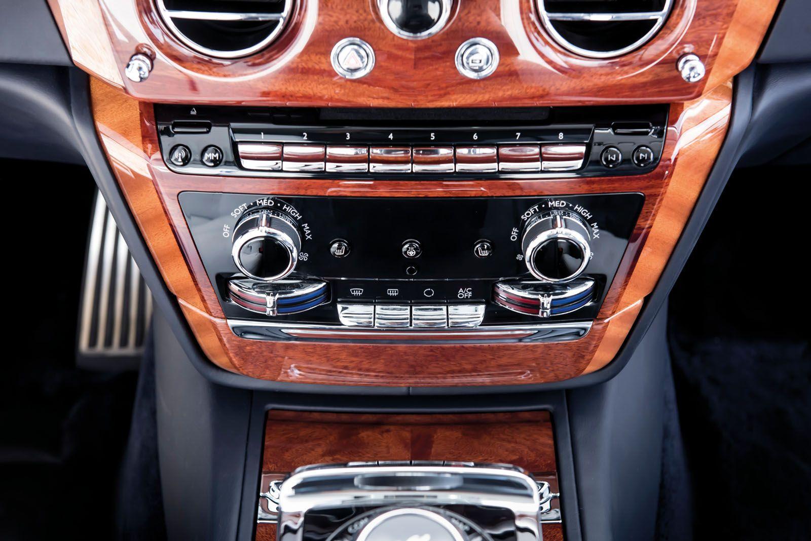 Impiallacciature di legno splendidamente abbinate a specchio accoppiate con il metallo finemente tornito forniscono una copertura dall'aspetto tradizionale per i dispositivi high-tech sotto