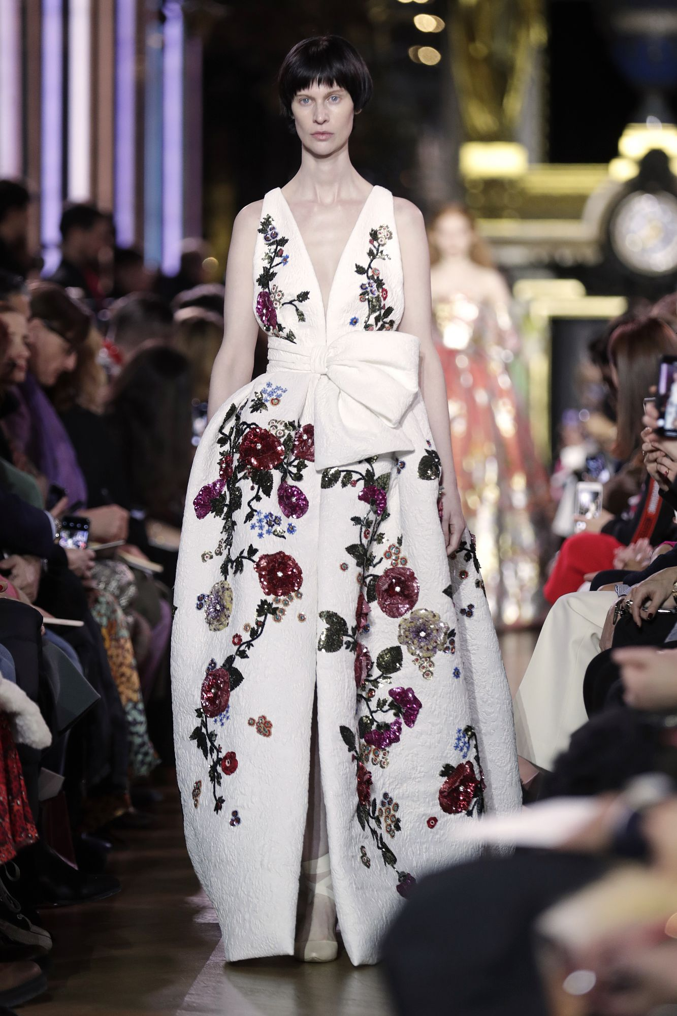 Schiaparelli presented an extremely elegant and feminine collection poetically inspired by astrology, in which floral motifs took pride of place. Paris, January 21, 2019; Image: Courtesy of Thomas Samson/AFP