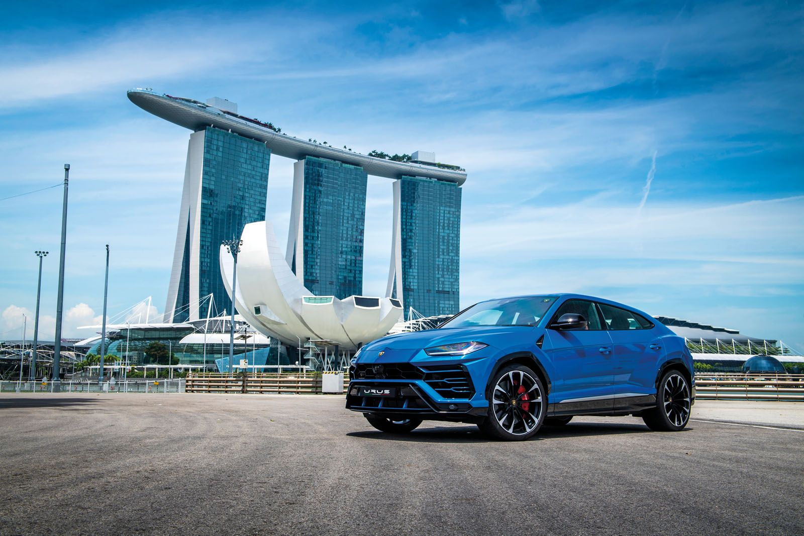 With a category-leading weight-to-power ratio of 3.38kg/hp, the Lamborghini Urus is blindingly fast. It also handles superbly across all kinds of terrain, thanks to its four‑wheel drive system with active torque vectoring.