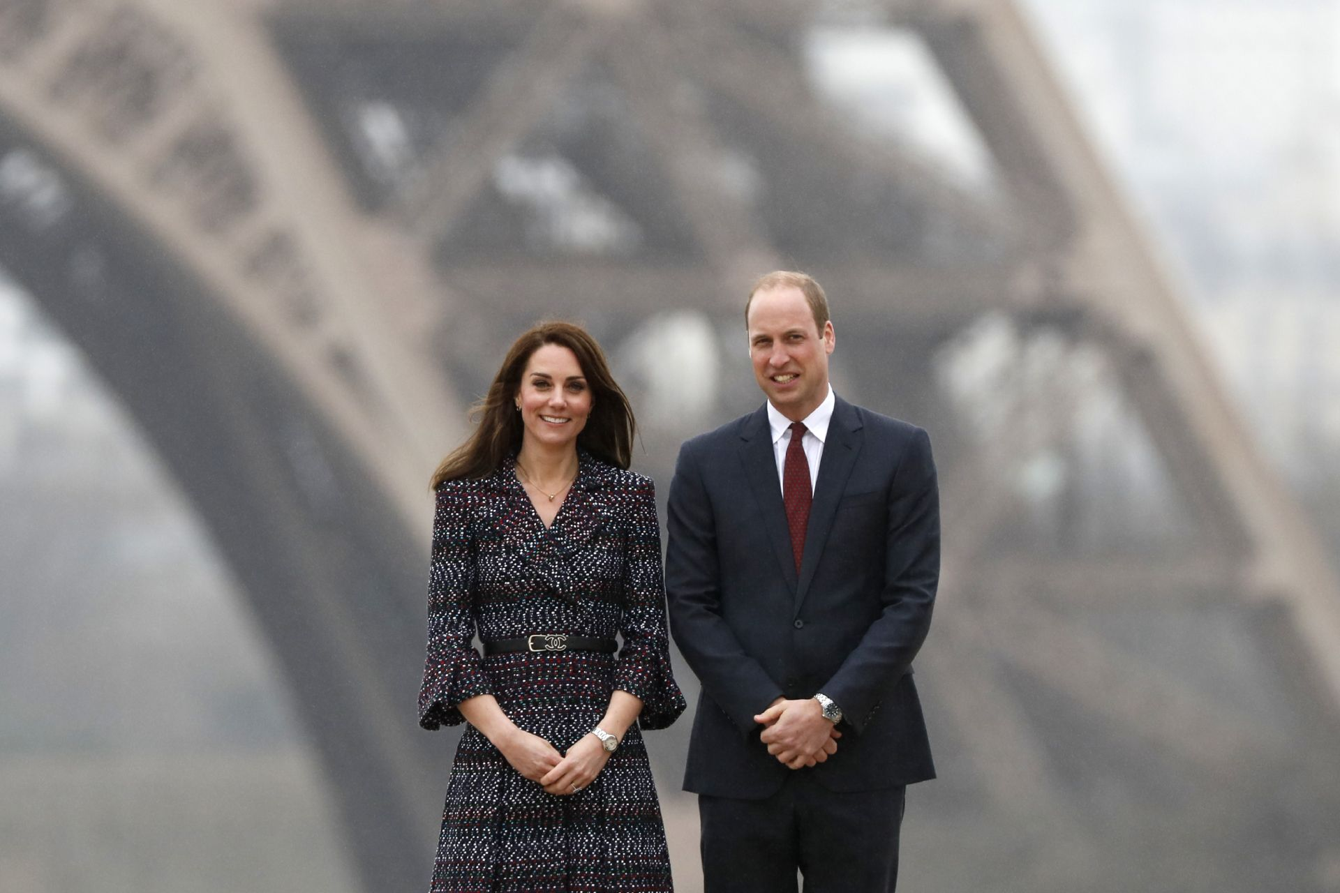 Britain's Prince William, Duke of Cambridge (R) and his wife Britain's Kate, Duchess of Cambridge (L) pose in front of the Eiffel Tower during a visit to France, on March 18, 2017 in Paris.Britain's Prince William pledged on the eve that his country will retain close links with France despite Brexit, as he and his wife Kate began a two-day visit to Paris. / AFP PHOTO / Thomas SAMSON