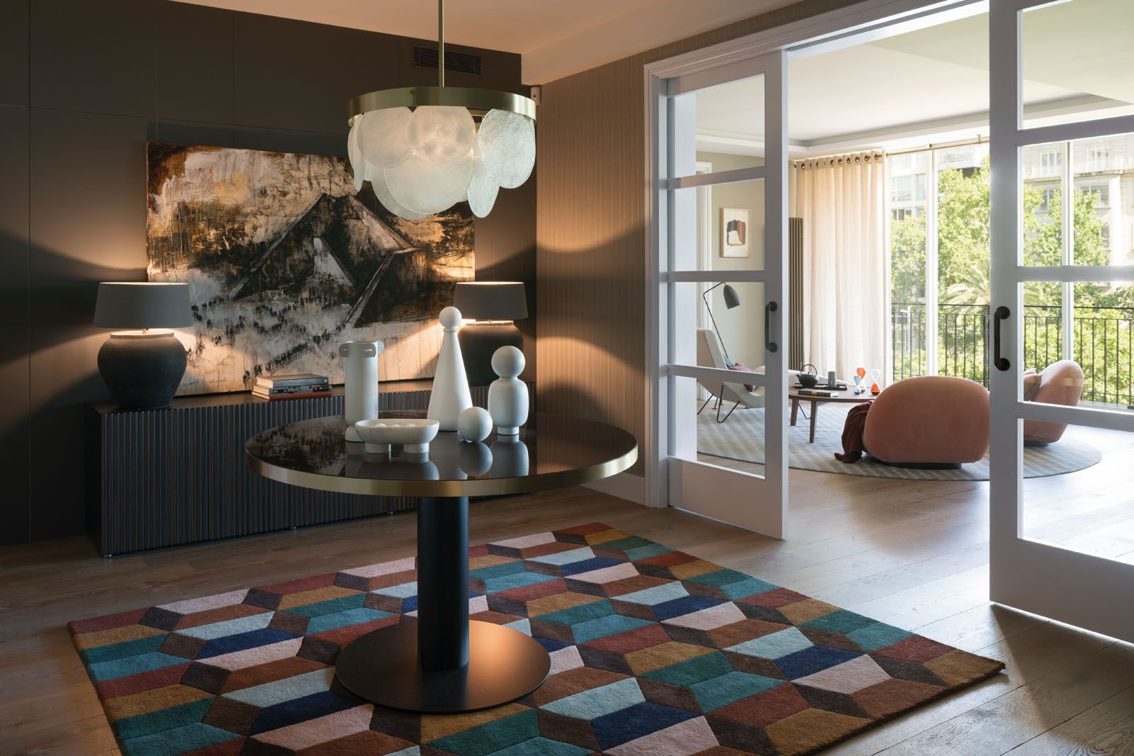 The hall features a Gubi table, CTO Lighting suspension lamp, Horm cupboard, BSB Alfombras rug as well as a table lamp designed by The Room Studio