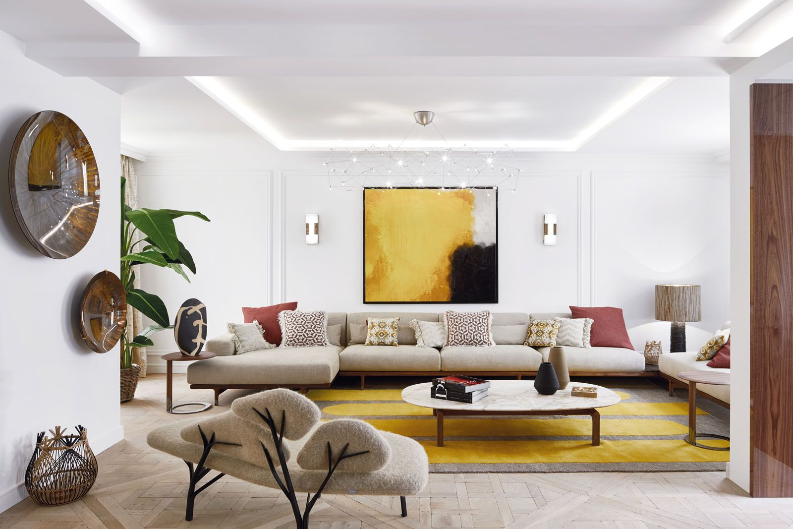 The living room features a sofa set, a coffee table and side tables from Porada, as well as a Gilles Caffier lamp and the Borghèse bench designed by Noé Duchaufour-Lawrance for La Chance