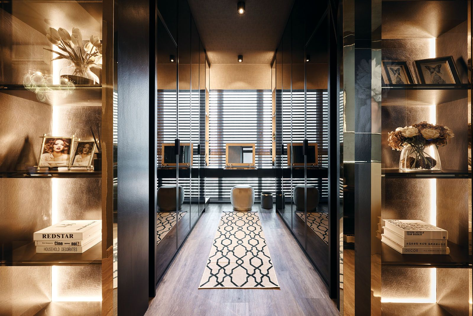 Flanked by built-in cabinetry on both sides, the walk-in wardrobe can be fully enclosed to serve as a workspace