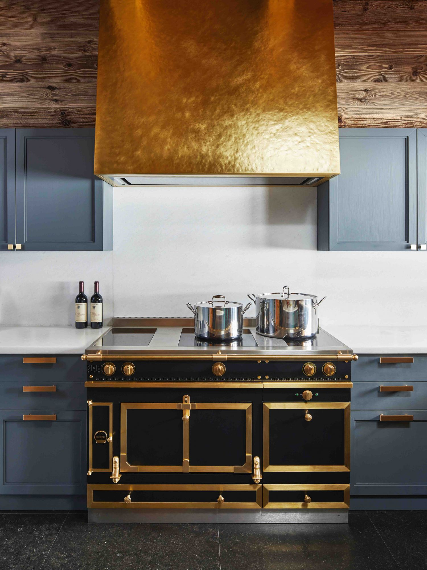 This kitchen, crafted by Humbert & Poyet, proves to be a shining example with its opulent touches.