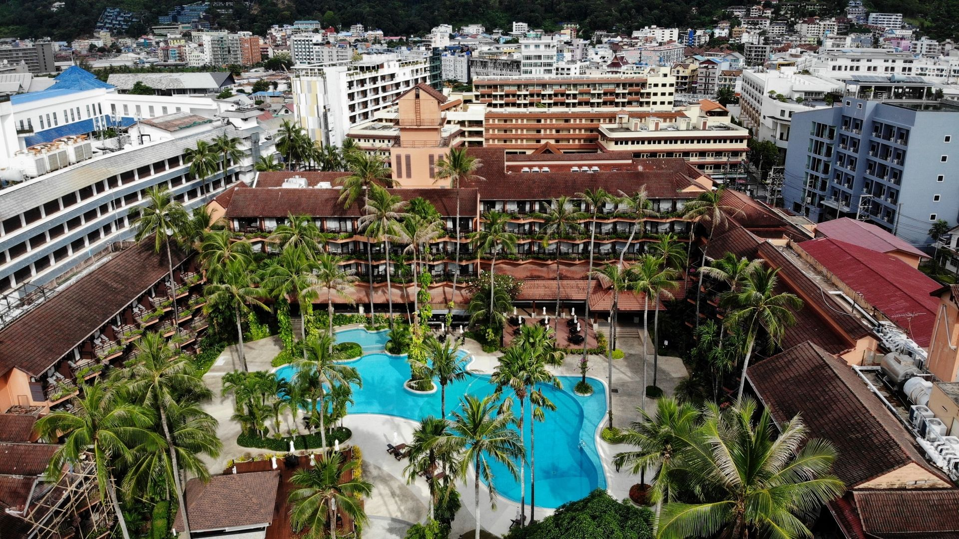 "This aerial photo taken on October 1, 2020 shows an empty swimming pool at a hotel on Patong beach in Phuket. - A private infinity pool, gourmet meals... and round-the-clock surveillance from a ""war room"" -- the first foreigners to arrive in Thailand will be ensconced in luxury conditions under some of the strictest quarantine rules in the world. (Photo by Lillian SUWANRUMPHA / AFP) / To go with 'THAILAND-HEALTH-VIRUS-TOURISM' by Thanaporn PROMYAMYAI and Sophie DEVILLER"