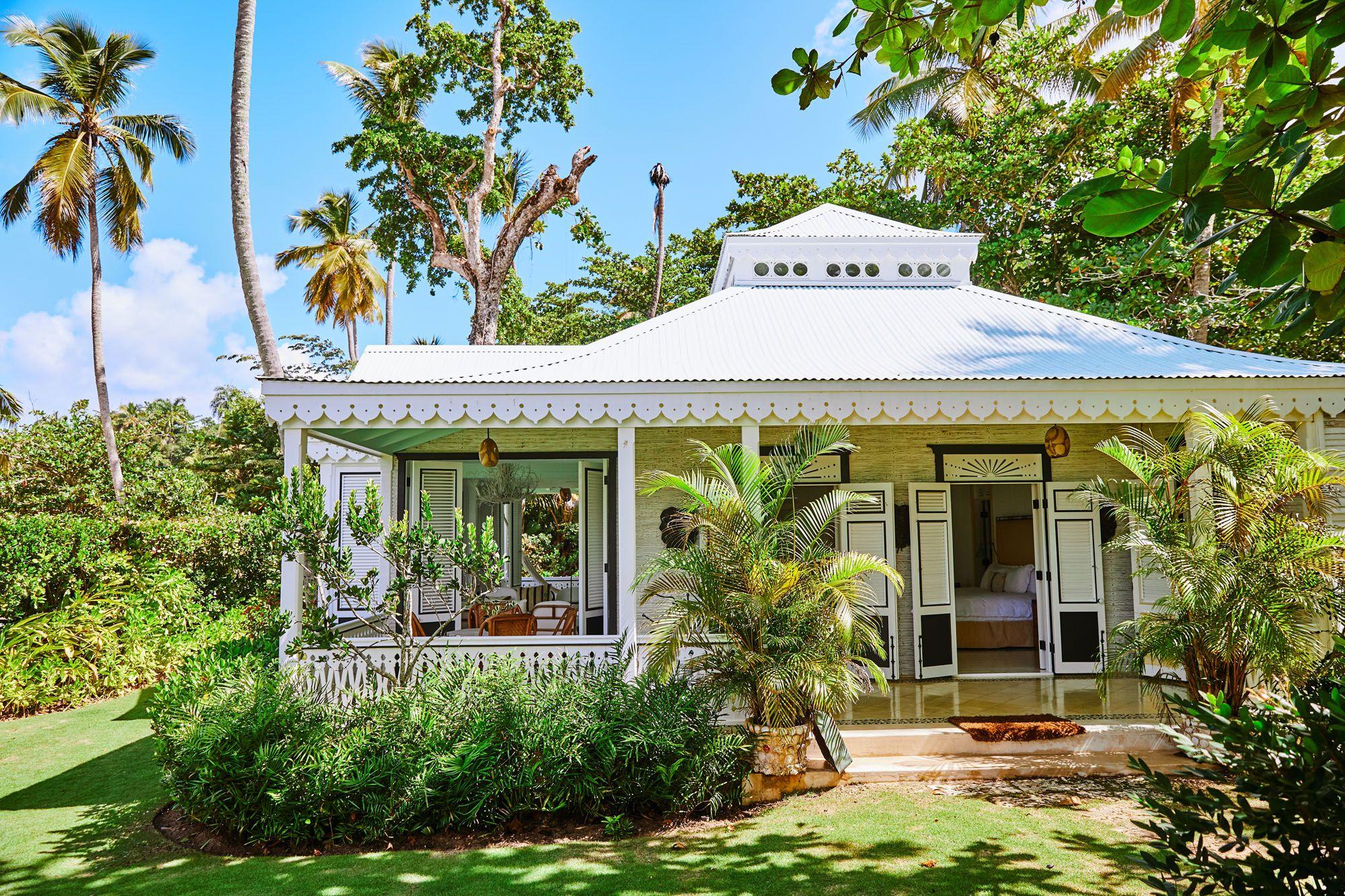 殖民風格的房屋比當地一般的海灘別墅還高一些。