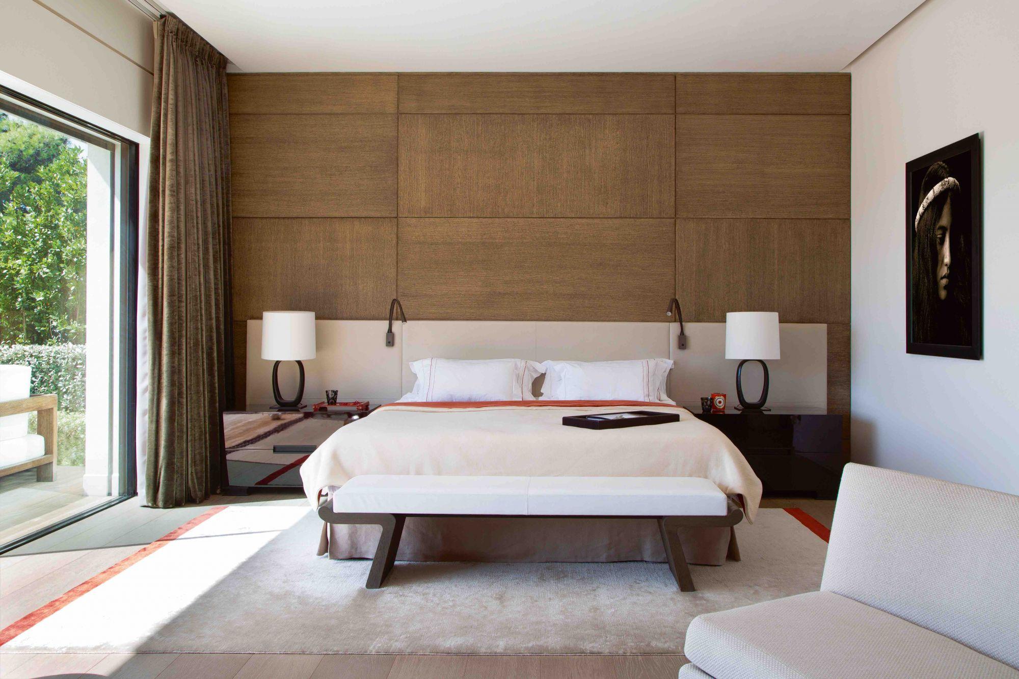 Αυτό το υπνοδωμάτιο διαθέτει δερμάτινα ακουστικά, προσαρμοσμένα κομοδίνα και ένα ζευγάρι λαμπτήρων κίτρου από το Leigh.
