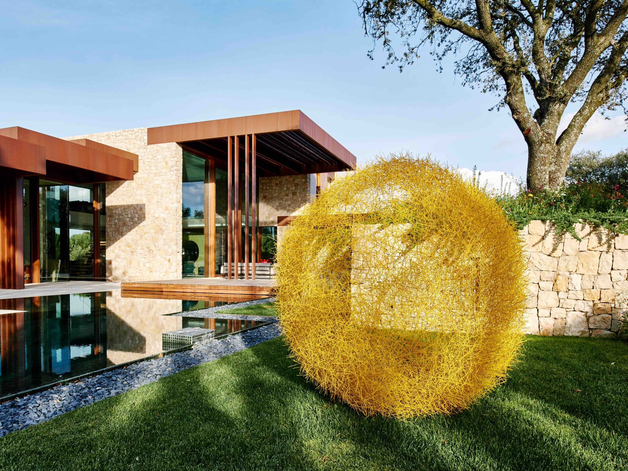 Casa diseñada por Ramon Esteve en Madrid En el jardín,escultura de aceroinoxidable pintadodel colombianoRicardo Cárdenas.