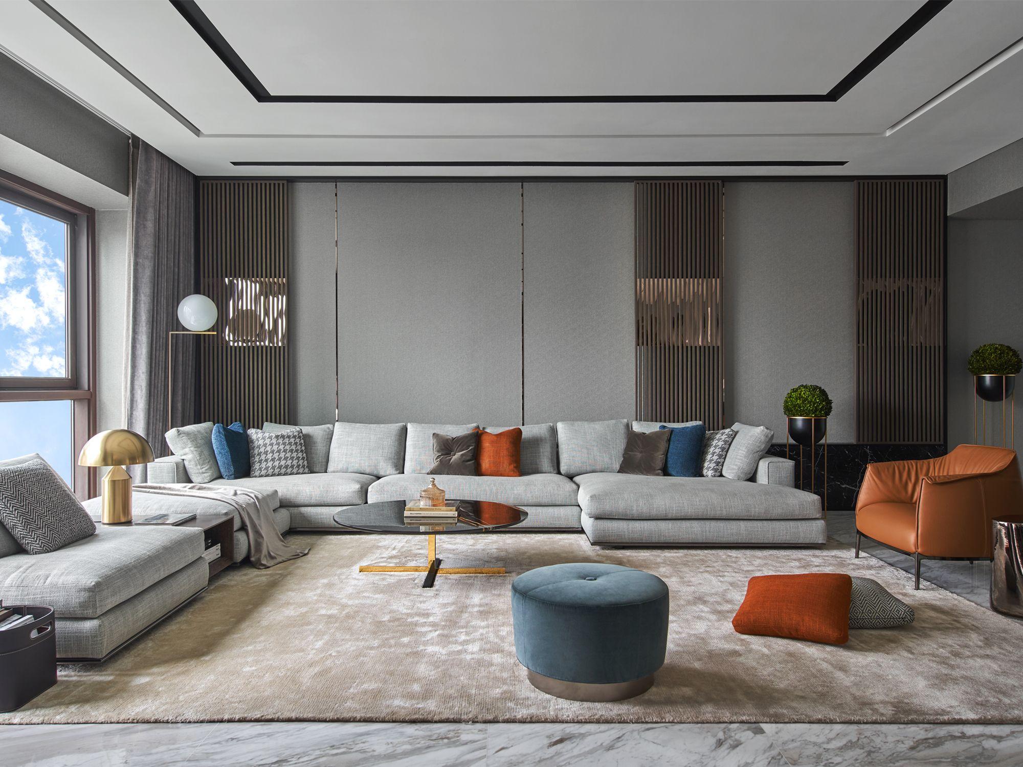 The Minotti Hamilton sofa by Rodolfo Dordoni anchors the living room