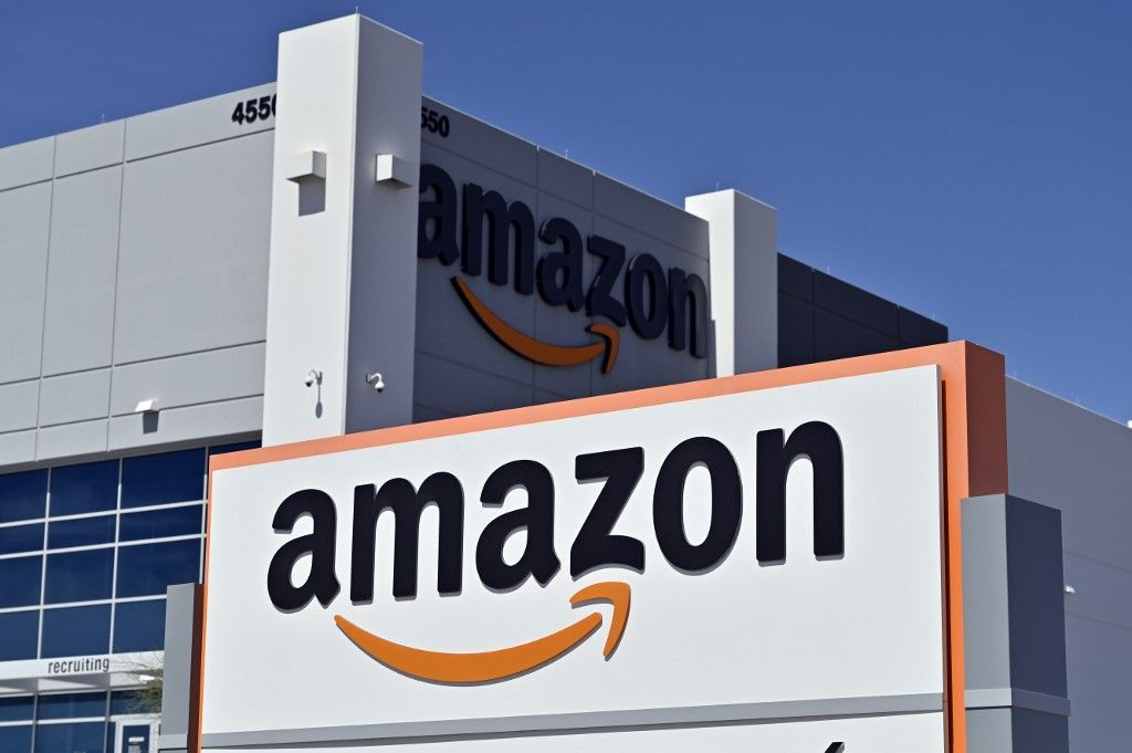 (FILES) In this file photo taken on April 25, 2020 an Amazon distribution center is seen as the coronavirus continues to spread across the United States, in North Las Vegas, Nevada. - E-commerce giant Amazon is offering signing bonuses of up to $3,000 at certain facilities in the United States as it ramps up hiring for the busy holiday season, reported November 24, 2020. The company -- which has boomed during the coronavirus pandemic, with more and more shoppers happy to stay home -- expects to hire 100,000