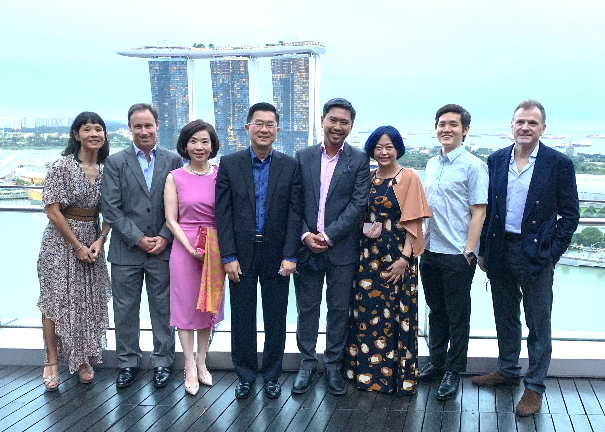 Halogen Foundation Singapore's co-founder and executive committee board director Martin Tan (fourth from right) hosted a dinner session with Stephen Riady (fourth from left), the executive chairman of OUE, one of the key sponsors for the foundation